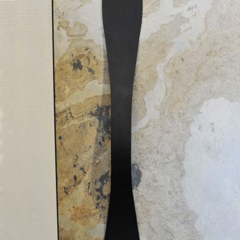 Дверная ручка-скоба KURS на двери с каменным шпоном